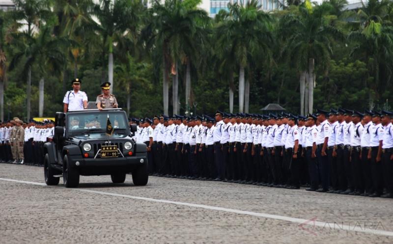 Kapolri Jenderal Pol Tito Karnavian (kanan) melakukan pemeriksaan pasukan saat memimpin apel HUT ke-36 Satuan Pengamanan (Satpam) di Lapangan Silang Monas, Jakarta, Sabtu (14/1/2017). Sebanyak kurang lebih 2.000 Satpam dari seluruh wilayah di Indonesia mengikuti apel dalam rangka HUT ke-36 Satpam.