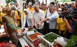 "Menteri Perdagangan Enggartiasto Lukita (kedua kanan) bersama Pendiri Artha Graha Peduli Tommy Winata (kanan) dan putri Presiden Keempat RI Abdurahman Wahid, Yenny Wahid (ketiga kanan), melihat cabai yang dijual saat ""kick off"" pasar murah di kawasan SCBD, Jakarta, Sabtu (14/1/2017). Dalam pasar murah menjelang Hari Raya Imlek ini masyarakat dapat membeli kebutuhan pokok dengan harga yang terjangkau."
