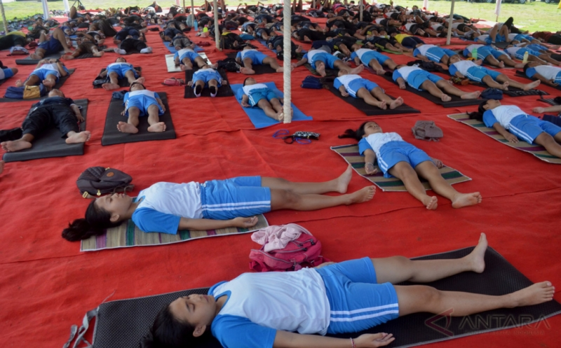 Peserta mengikuti Bali Yoga Festival di Lumintang, Denpasar, Bali, Sabtu (14/1/2017). Festival yang diharapkan dapat memasyarakatkan olahraga yoga tersebut digelar selama tiga hari dan diikuti ribuan peserta dari berbagai daerah, termasuk mendatangkan instruktur yoga dari India.