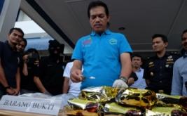 Deputi bidang Pemberantasan Badan Narkotika Nasional (BNN) Irjen Pol Arman Depari (tengah) menunjukkan barang bukti narkoba saat gelar perkara di Medan, Sumatera Utara, Sabtu (14/1/2017). BNN bersama Bea dan Cukai berhasil menggagalkan peredaran 10 kg sabu-sabu jaringan internasional dan menangkap 12 orang tersangka, empat diantaranya narapidana dan satu tersangka lainnya tewas ditembak.