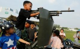 Sejumlah anak berada di kendaraan militer saat perayaan Hari Anak di Bangkok, Thailand, Sabtu (14/1/2017). Kegiatan ini dapat menjadi edukasi bagi anak-anak untuk mengetahui bagaimana peran tentara saat berada di kendaraan militer. (REUTERS/Jorge Silva)