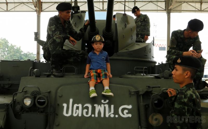 Seorang anak berada di kendaraan militer saat perayaan Hari Anak di Bangkok, Thailand, Sabtu (14/1/2017). Kegiatan ini dapat menjadi edukasi bagi anak-anak untuk mengetahui bagaimana peran tentara saat berada di kendaraan militer. (REUTERS/Jorge Silva)