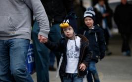 Seorang bocah mengenakan kaos bergambar penyerang Tottenham Hotspur (Spurs) Harry Kane saat berjalan dengan ayahnya untuk menyaksikan laga Spurs kontra West Bromwich Albion, Sabtu (14/1/2017). Bocah ini merupakan salah satu suporter setia Spurs. (Reuters/Paul Childs)