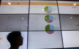 Petugas Komisi Pemilihan Umum mengamati layar monitor yang menampilkan informasi di laman situs www.uji-pilkada2017.kpu.go.id di ruang kontrol penghitungan suara di Gedung KPU, Jakarta, Rabu (18/1/2017). KPU terus menguji coba aplikasi penghitungan suara hasil pemilihan umum khususnya untuk Pilkada serentak tahun ini.
