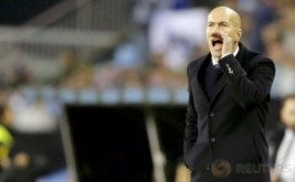 Pelatih Real Madrid Zinedine Zidane memberikan arahan kepada anak-anak asuhnya pada leg kedua perempatfinal Copa del Rey kontra Celta Vigo di Stadion Balaidos, Kamis (26/1/2017) dini hari WIB. (REUTERS/Miguel Vidal)