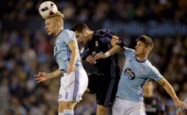 Cristiano Ronaldo (tengah) berebut bola di udara dengan dua pemain Celta Vigo, Daniel Wass (kiri) dan Nemanja Radoja pada leg kedua perempatfinal Copa del Rey di Stadion Balaidos, Kamis (26/1/2017) dini hari WIB. (REUTERS/Miguel Vidal).