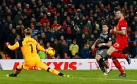 Shane Long (tengah) mencetak gol ke gawang Liverpool pada menit 91 setelah menerima umpan jauh Hoshua Sims dari sayap kiri. (Reuters/Jason Cairnduff)