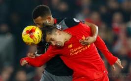 Roberto Firmino (kanan) saat berebut bola dengan Ryan Bertrand. (Reuters/Jason Cairnduff)