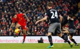 Philippe Coutinho (kiri) melepaskan tendangan ke arah gawang Southampton. (Reuters/Phil Noble)