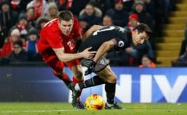 James Milner (kiri) berebut bola dengan Cedric Soares. (Reuters/Phil Noble)