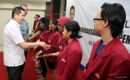 <p>  Sebanyak 10 mahasiswa menerima dana pendidikan MNC Group yang diberikan langsung Hary Tanoe.<br />  <br />  </p>