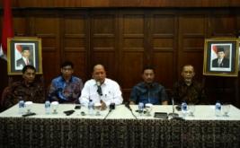 <p>  Menteri Riset Teknologi dan Pendidikan Tinggi (Menristekdikti) Mohamad Nasir (kanan) menjawab pertanyaan wartawan saat jumpa pers terkait kasus Mapala UNISI Universitas Islam Indonesia.</p>