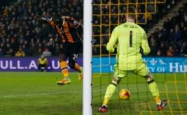 Oumar Niasse mencetak gol ke gawang Manchester United pada leg kedua semifinal Piala Liga Inggris 2016-2017, Jumat (27/1/2017) dini hari WIB. (Reuters/Andrew Yates)