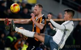 Marcos Rojo (kanan) berebut bola dengan David Meyler pada leg kedua semifinal Piala Liga Inggris 2016-2017, Jumat (27/1/2017) dini hari WIB. (Reuters/Andrew Yates)