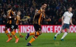 Tom Huddlestone (tengah) selebrasi usai mencetak gol ke gawang Manchester United pada leg kedua semifinal Piala Liga Inggris 2016-2017, Jumat (27/1/2017) dini hari WIB. (Reuters/Lee Smith)