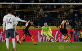 Tom Huddlestone (kanan) mencetak gol ke gawang Manchester United dari tendangan penalti pada leg kedua semifinal Piala Liga Inggris 2016-2017, Jumat (27/1/2017) dini hari WIB. (Reuters/Andrew Yates)