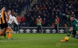 Paul Pogba (tiga kiri) mencetak gol ke gawang Hull City pada leg kedua semifinal Piala Liga Inggris 2016-2017, Jumat (27/1/2017) dini hari WIB. (Reuters/Lee Smith)