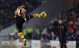 Oumar Niasse saat mengontrol bola dengan kakinya pada leg kedua semifinal Piala Liga Inggris 2016-2017, Jumat (27/1/2017) dini hari WIB. (Reuters/Lee Smith)
