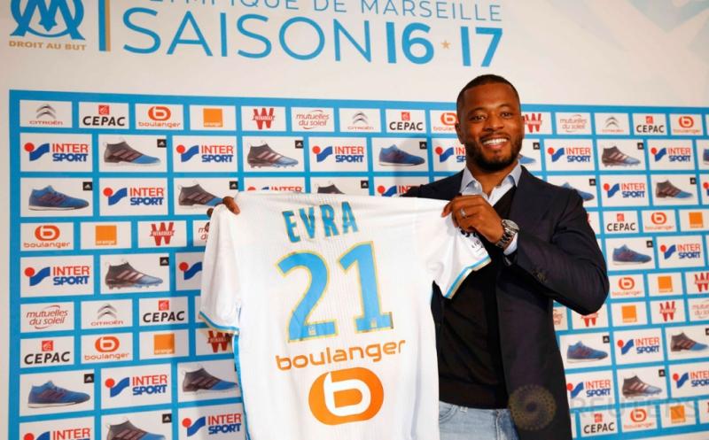 Pemain anyar Olympique Marseille, Patrice Evra menunjukkan jersey Marseille, usai konferensi pers di Marseille, Prancis, Kamis (26/1/2017). Evra resmi bergabung dengan Marseille setelah menandatangani kontrak berdurasi 18 bulan. (REUTERS/Philippe Laurenson)