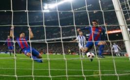 Arda Turan (kanan) mencetak gol ke gawang Real Sociedad. (REUTERS/Juan Medina)