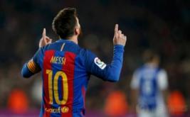 Lionel Messi selebrasi usai mencetak gol ke gawang Real Sociedad. (REUTERS/Juan Medina)