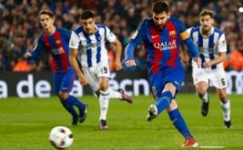 Lionel Messi mencetak gol ke gawang Real Sociedad dari tendangan penalti. (REUTERS/Juan Medina)