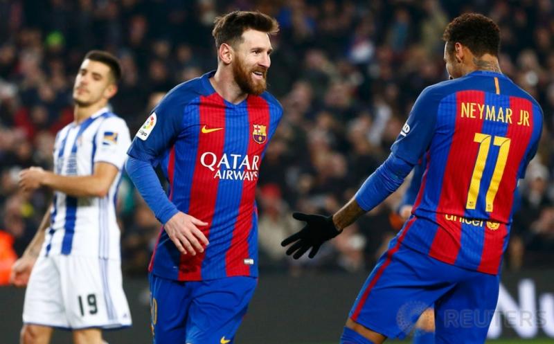 Lionel Messi (tengah) merayakan golnya bersama Neymar. (REUTERS/Juan Medina)