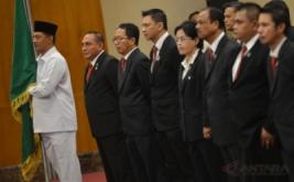 Ketua Umum PSSI Letjen TNI Edy Rahmayadi (kedua kiri) bersama jajaran pengurus mengikuti pelantikan dan pengukuhan pengurus PSSI masa bakti 2016-2020 di Balai Kartini, Jakarta, Jumat (27/1?2017).