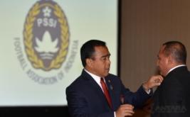 Ketua KONI Pusat Tono Suratman (kiri) menyematkan pin kepada Ketua Umum PSSI Letjen TNI Edy Rahmayadi (kanan) dalam pelantikan dan pengukuhan pengurus PSSI masa bakti 2016-2020 di Balai Kartini, Jakarta, Jumat (27/1/2017).