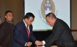 Ketua KONI Pusat Tono Suratman (tengah) dan Ketua Umum PSSI Letjen TNI Edy Rahmayadi (kanan) menandatangani berita acara pelantikan dan pengukuhan pengurus PSSI masa bakti 2016-2020 di Balai Kartini, Jakarta, Jumat (27/1/2017).
