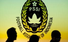 Siluet sejumlah pengurus mengikuti pelantikan dan pengukuhan pengurus PSSI masa bakti 2016-2020 di Balai Kartini, Jakarta, Jumat (27/1/2017).