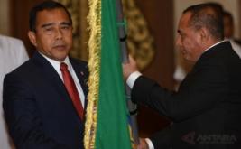 Ketua KONI Pusat Tono Suratman (kiri) menyerahkan pataka PSSI kepada Ketua Umum PSSI Letjen TNI Edy Rahmayadi (kanan) saat pelantikan dan pengukuhan pengurus PSSI masa bakti 2016-2020 di Balai Kartini, Jakarta, Jumat (27/1/2017).