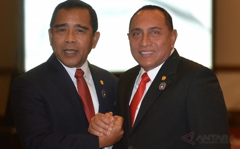 Ketua KONI Pusat Tono Suratman (kiri) berjabat tangan dengan Ketua Umum PSSI Letjen TNI Edy Rahmayadi (kanan) pada pelantikan dan pengukuhan pengurus PSSI masa bakti 2016-2020 di Balai Kartini, Jakarta, Jumat (27/1/2017).