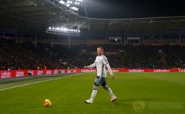Pesepakbola Manchester United Wayne Rooney mengenakan sepatu Hypervenom WR250 saat laga leg kedua semifinal Piala Liga Inggris 2016-2017, kontra Hull City, Jumat (27/1/2017) dini hari WIB. Hypervenom WR250 merupakan sepatu edisi khusus yang dikeluarkan Nike sebagai bentuk apresiasi terhadap Rooney yang telah mencetak 250 gol. (Reuters/Lee Smith)