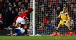 Pemain Manchester United Maroune Fellaini saat mecetak gol pertama ke gawang Wigan Athletic pada pertandigan FA CUP di Old Trafford Stadium, Minggu (29/1/2017). MU berhasil menang telak 4-0 pada pertandingan tersebut. Reuters / Jason Cairnduff