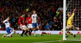 Pemain Manchester United Henrikh Mkhitaryan  saat mecetak gol ketiga ke gawang Wigan Athletic pada pertandigan FA CUP di Old Trafford Stadium, Minggu (29/1/2017). MU berhasil menang telak 4-0 pada pertandingan tersebut. Reuters / Jason Cairnduff