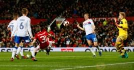 Pemain Manchester United Bastian Schweinsteiger  saat mecetak gol keempat ke gawang Wigan Athletic pada pertandigan FA CUP di Old Trafford Stadium, Minggu (29/1/2017). MU berhasil menang telak 4-0 pada pertandingan tersebut. Reuters / Jason Cairnduff
