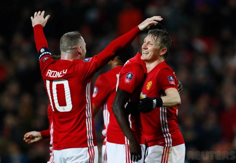 Bastian Schweinsteiger saat melakukan selebrasi dengan Wayne Rooney pada pertandigan FA CUP di Old Trafford Stadium, Minggu (29/1/2017). MU berhasil menang telak 4-0 pada pertandingan tersebut. Reuters / Jason Cairnduff