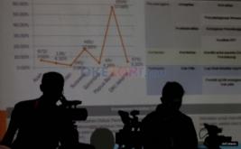 Siluet kamerawan saat konferensi pers di Media Center Bawaslu, Jalan MH Thamrin, Jakarta Pusat, Senin (30/1/2017). Konferensi pers tersebut membahas persiapan pengawasan tahapan pemungutan suara dalam Pilkada  serentak Tahun 2017.