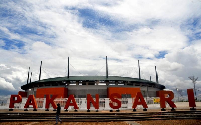 Warga melintas di Stadion Pakansari, Cibinong, Kabupaten Bogor, Jawa Barat. Stadion Pakansari Bogor masuk dalam salah satu nominasi stadion terbaik di tahun 2016, dalam situs StadiumDB.com yang merilis 29 stadion dari 21 negara yang lolos masuk daftar final nominasi 'Stadium of the Year 2016'.