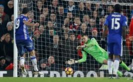 Kiper Liverpool Simon Mignolet (dua kanan) berhasil mengagalkan tendangan penalti dari Diego. (Reuters/Carl Recine)