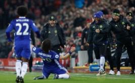 Pelatih Chelsea Antonio Conte (dua kiri atas) bersama sejumlah pemain Chelsea merayakan gol yang dicetak David Luiz. (Reuters/Carl Recine)