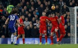 David Luiz (kiri) mencetak gol ke gawang Liverpool dari tendangan bebas. (Reuters/Phil Noble)