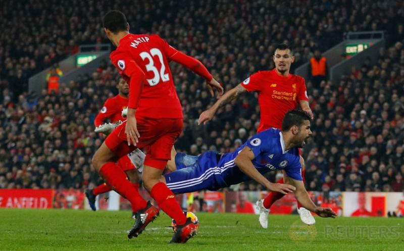 Diego Costa (bawah) terjatuh di kotak terlarang setelah dijegal Joel Matip. (Reuters/Phil Noble)