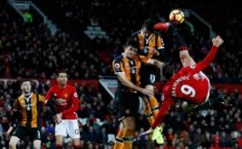Zlatan Ibrahimovic (kanan) melakukan tendangan salto. (Reuters/Jason Cairnduff)