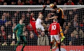 Zlatan Ibrahimovic (dua kiri) melakukan tendangan salto. (Reuters/Phil Noble)