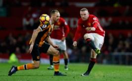 Wayne Rooney (kanan) melakukan tendangan saat dikawal David Meyler. (Reuters/Jason Cairnduff)