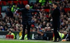 Pelatih Manchester United Jose Mourinho (kiri) dan pelatih Hull City Marco Silva, saat laga Manchester kontra Hull City. (Reuters/Jason Cairnduff)