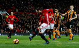 Juan Mata (depan) melepakan tendangan ke arah gawang Hull City. (Reuters/Jason Cairnduff)