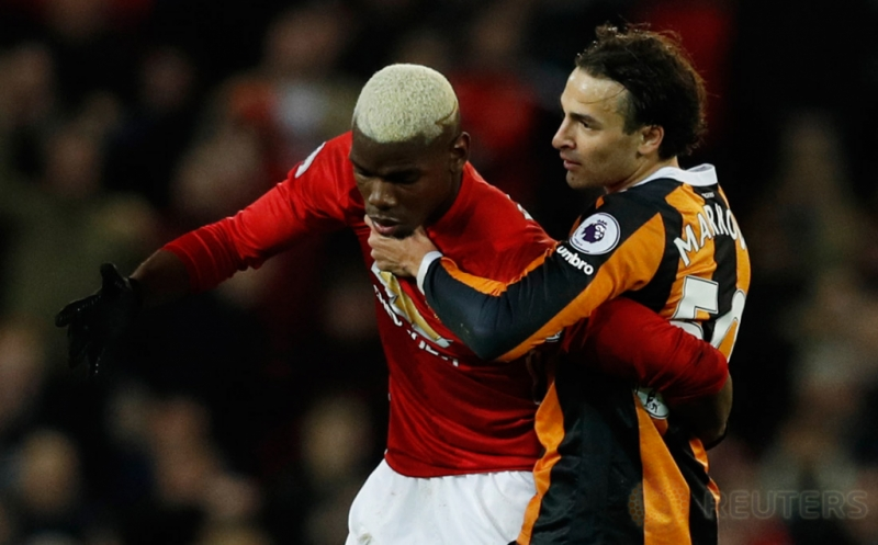 Paul Pogba (kiri) saat berebut bola dengan Lazar Markovic. (Reuters/Phil Noble)